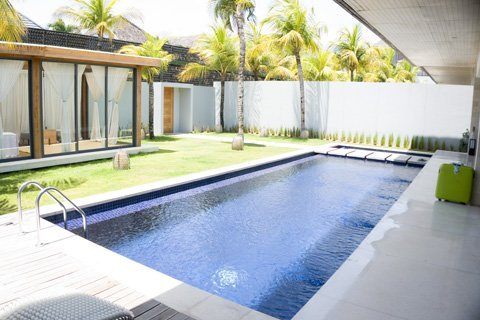 villa_pool_sun_lounge